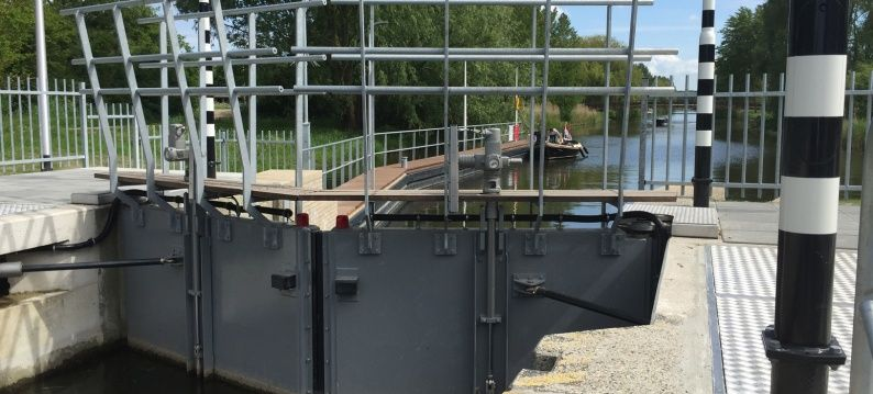 Opening the lock gates and operation of the lock paddles with ADE electric cylinders