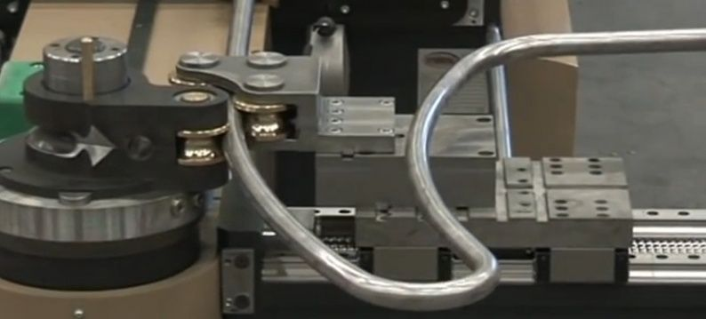 Bending machine for tubes and pipes with servo drive