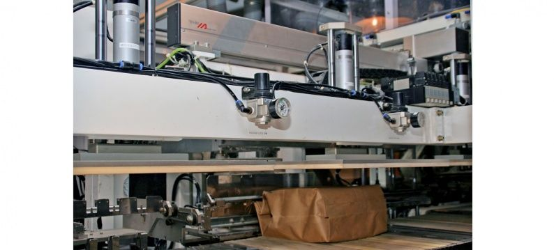 IAI electric actuator moves the packaging for enclosing the photopaper accurately from station to station
