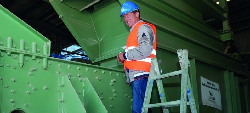 Robert Vermoolen visits a shaking conveyor with ROSTA oscillating elements in a stone quarry in Switzerland